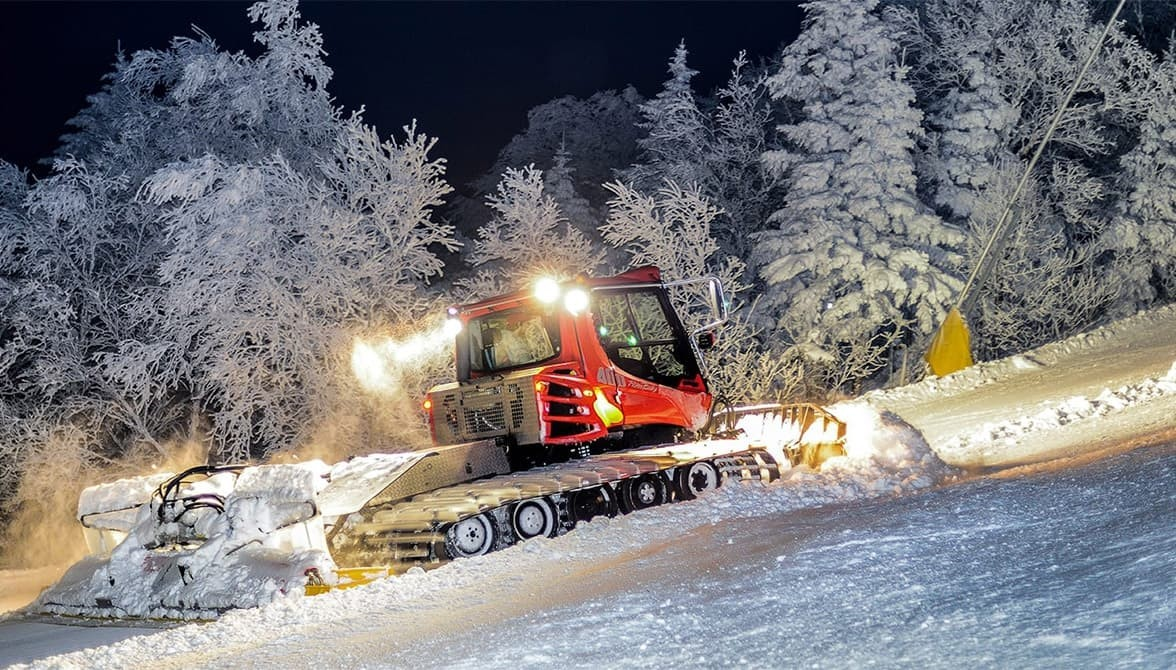Reserve a unique dining experience at Stratton beginning with a snowcat ride to mid-mountain lodge. (Stratton)