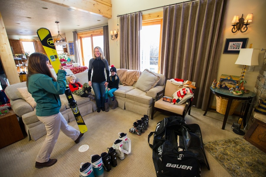 Ski-Butlers-Fitting-Adult-at-Lodging-HR