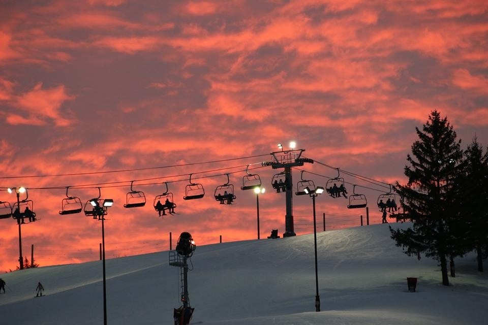 Chairlift speed dating couple with a romantic sunset at Wilmot Mountain. (Facebook/Wilmot Mountain)