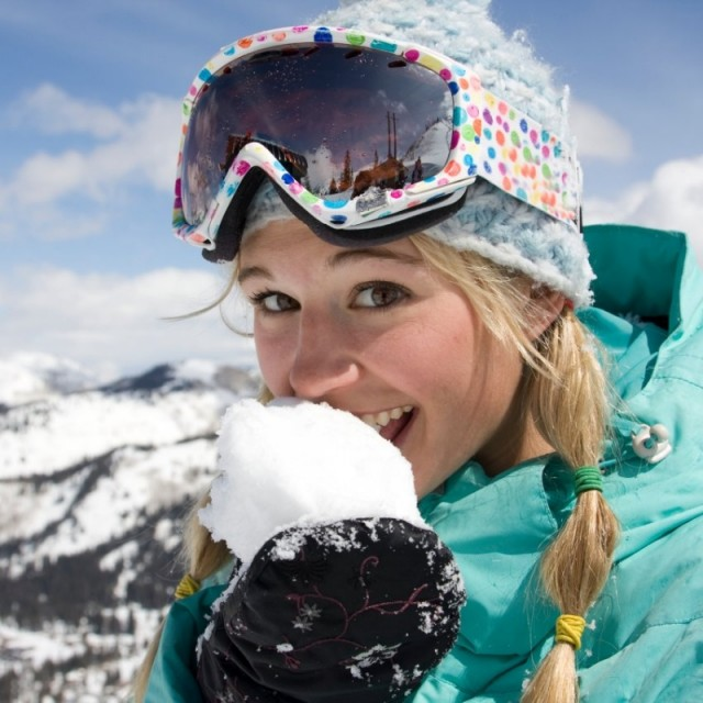 woman-eating-snow_s