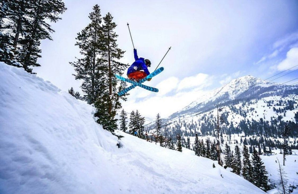 Colter Ellis snags a mute grab at Sleeping Giant Ski Area. (Louis Arévalo)